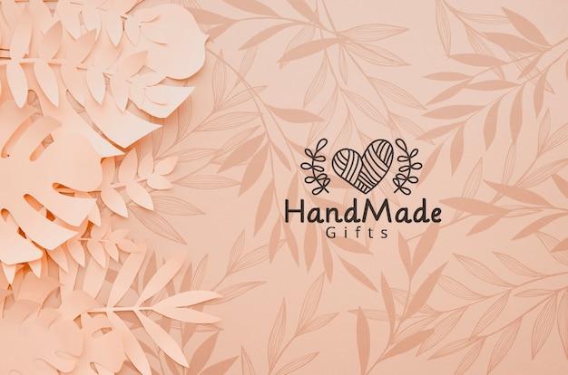 モンステラとヤシの葉で手作りの紙の植物