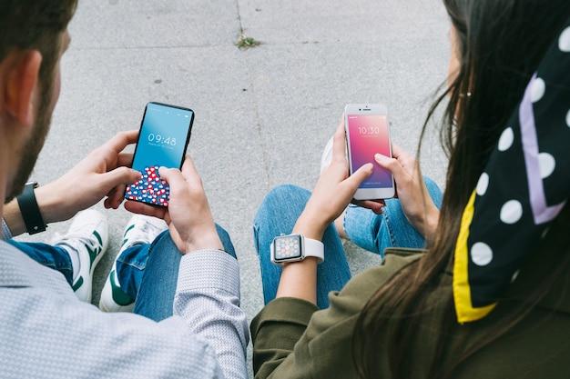 Mani usando smartphone mockup