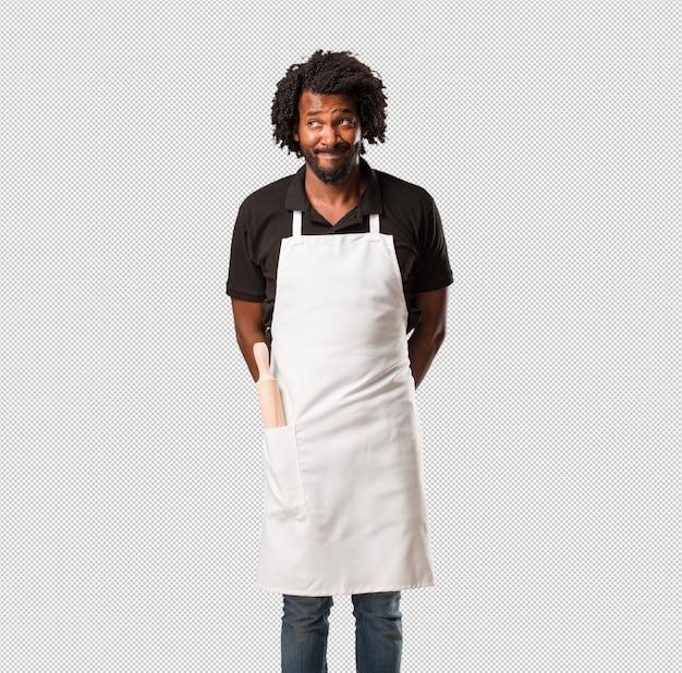 ハンサムなアフリカ系アメリカ人のパン屋は疑って混乱して、アイデアを考えたり、何かを心配して