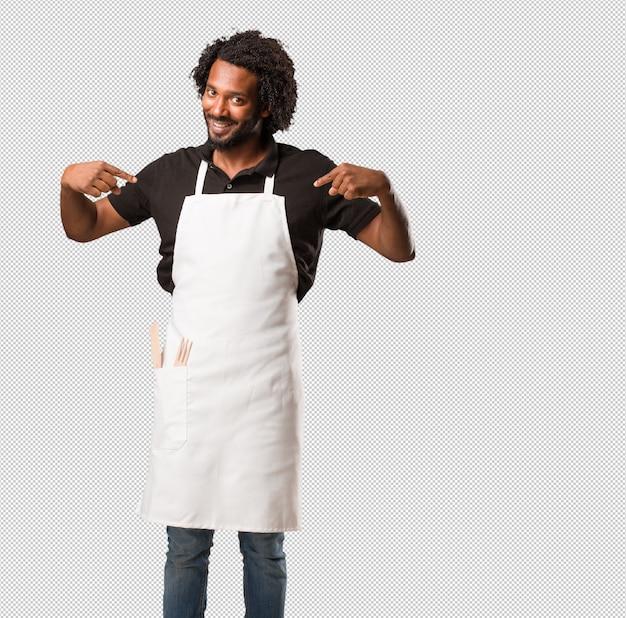 ハンサムで自信を持ってアフリカ系アメリカ人のパン屋