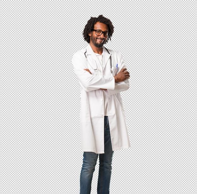 ハンサムなアフリカ系アメリカ人医師、腕を組んで、笑顔で幸せ