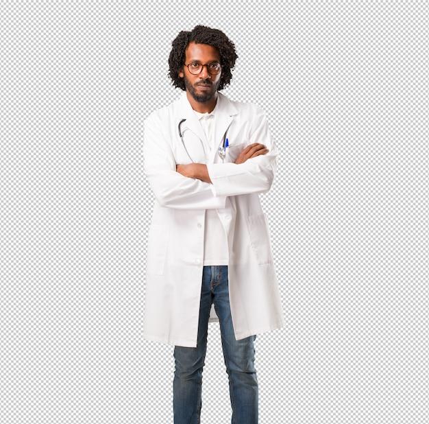 Красивый афро-американский врач, очень злой и расстроенный, очень напряженный, кричащий, яростный, негативный