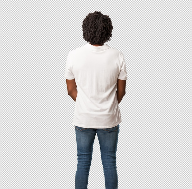 Красивый афроамериканец показывает назад, позирует и ждет, оглядываясь назад