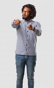 Красивый бизнес афроамериканец человек веселый и улыбающийся, указывая на фронт