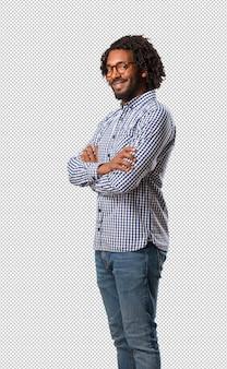 ハンサムなビジネスのアフリカ系アメリカ人の男が彼の腕を交差、笑みを浮かべて幸せ