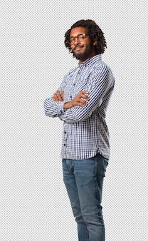 ハンサムなビジネスアフリカアメリカ人の男は、彼の腕を越えて、笑顔と幸せ