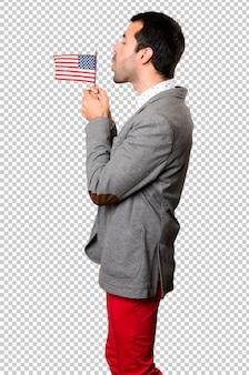 Красивый мужчина, держащий американский флаг