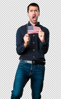 Красивый мужчина держит американский флаг