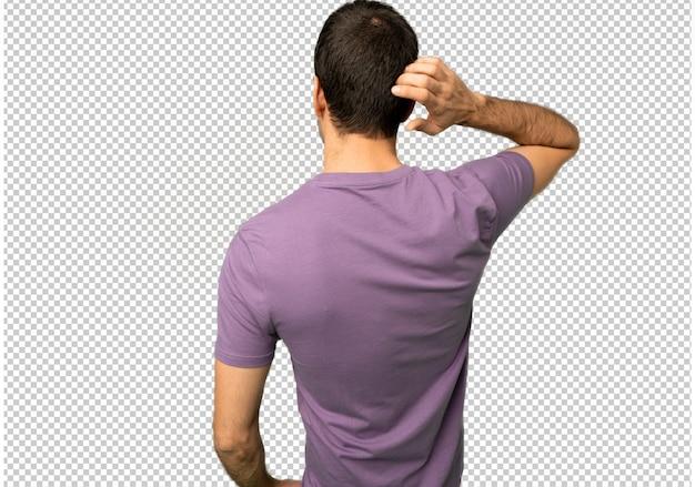 Красивый мужчина на спине, глядя назад, почесывая голову