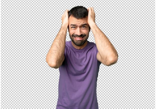 Красивый мужчина берет руки на голову, потому что мигрень