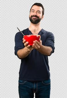 Красивый мужчина с бородой, держа миску каши