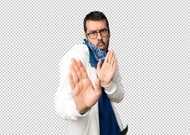 Красивый мужчина в очках, делая остановки жест обеими руками