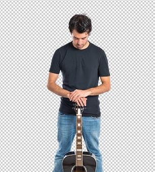 Красивый мужчина с гитарой на белом фоне