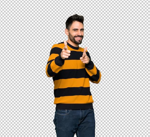 스트라이프 스웨터는 앞을 가리키는 미소와 잘 생긴 남자