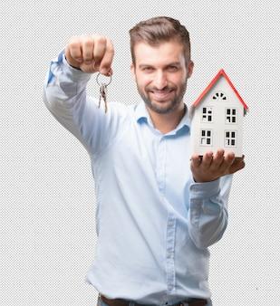 Красивый молодой человек и концепция недвижимости