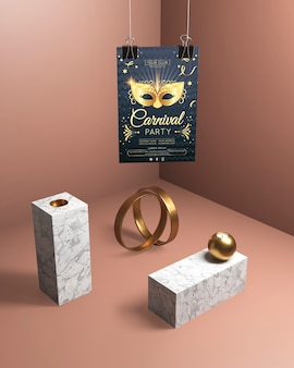 Висячие карнавальные плакаты и золотые украшения
