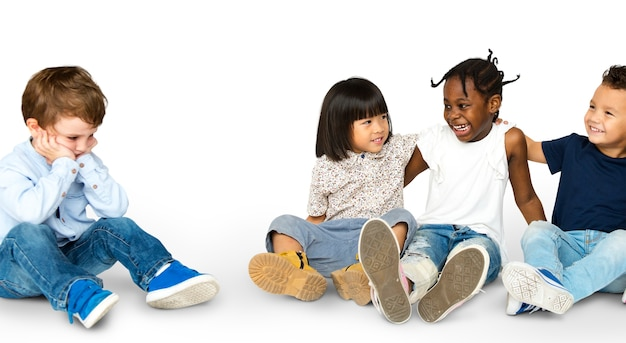 귀엽고 사랑스러운 아이들과 외로운 소년의 행복 그룹