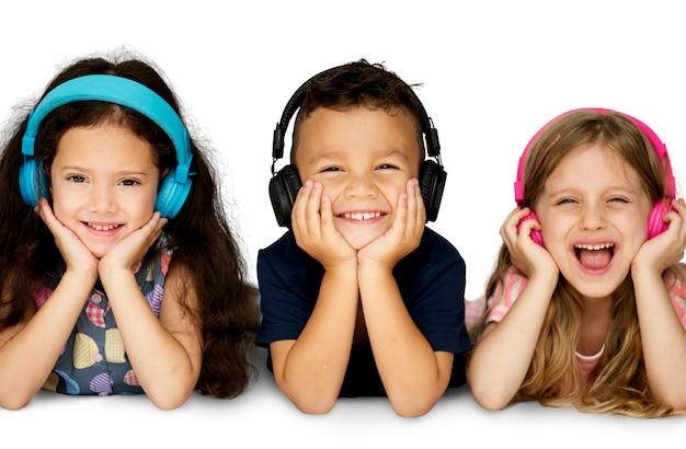 Группа счастья милых и очаровательных детей ложится