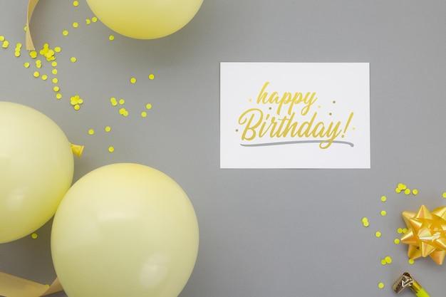 お誕生日おめでとうの背景、チラシの招待カードのモックアップテンプレートとフラットレイパーティーの装飾。