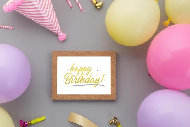 お誕生日おめでとう背景、フォトフレームモックアップテンプレートとフラットレイパーティーの装飾。