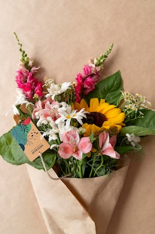 카드 모형이 있는 생일 꽃