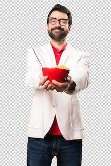 Счастливый брюнетка человек в очках с миской зерновых