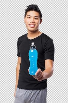 エネルギー飲み物を持つ幸せな中国スポーツ男