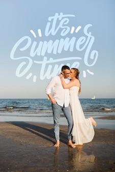 해변으로 포옹하는 행복 한 커플