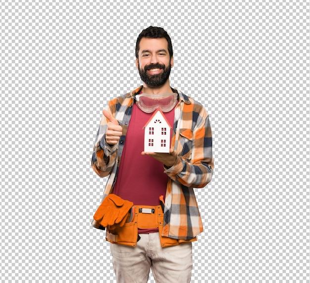 Счастливый ремесленник мужчина держит маленький дом