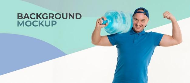 Uomo di consegna felice che tiene una grande bottiglia di acqua
