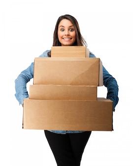 快乐的女孩抱着纸箱