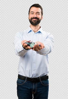 Счастливый красивый человек с бородой, держащей фишки для покера