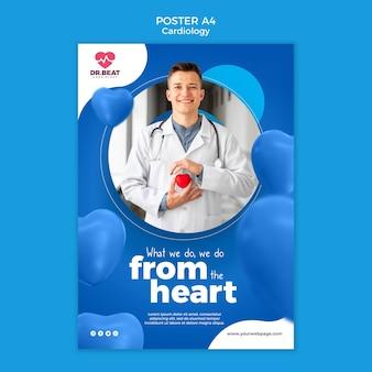 Счастливый медик держит плакат с игрушечным сердцем