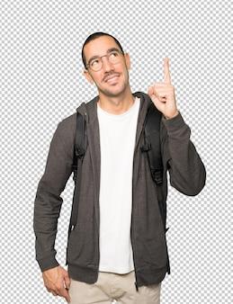 彼の指で上向き幸せな学生