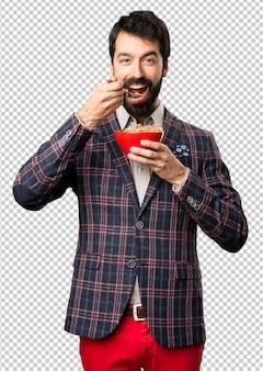 Счастливый хорошо одет мужчина держит чашу злаков