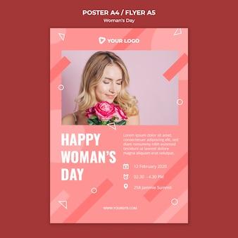 Шаблон плаката дня счастливой женщины при женщина держа букет роз