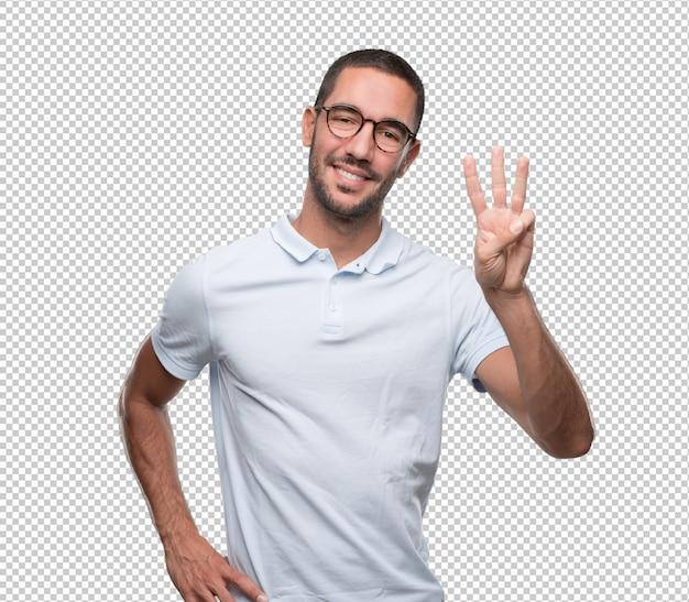 Счастливый молодой человек делает жест номер три