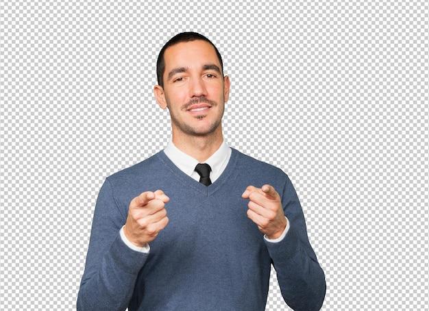 彼の指であなたを指している幸せな若い男