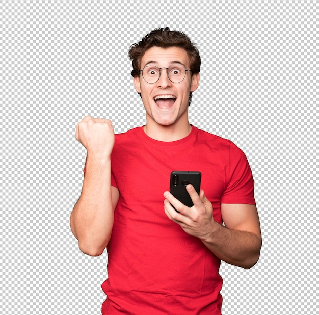 Счастливый молодой человек с помощью мобильного телефона и празднования