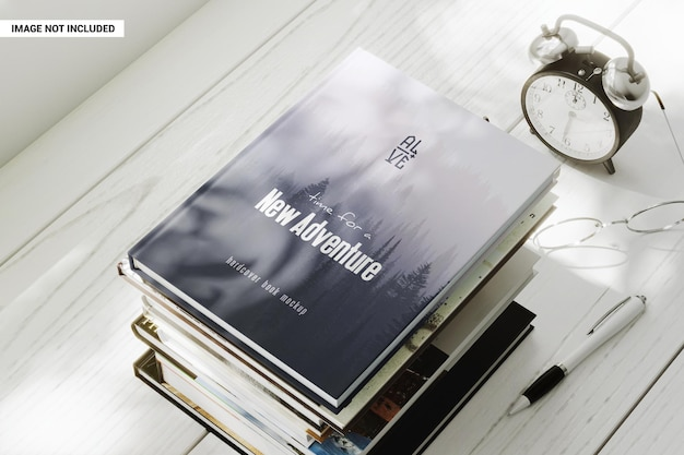 Книга в твердом переплете на стопке книг макет