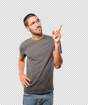 彼の指で上向きheしている若い男