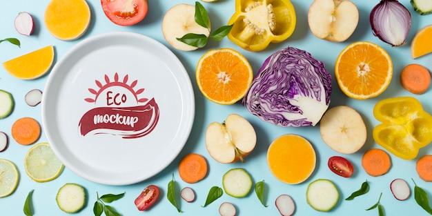野菜や果物のスライスと健康食品のモックアッププレート