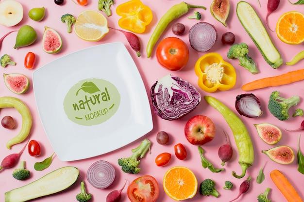 野菜のスライスと健康食品のモックアッププレート