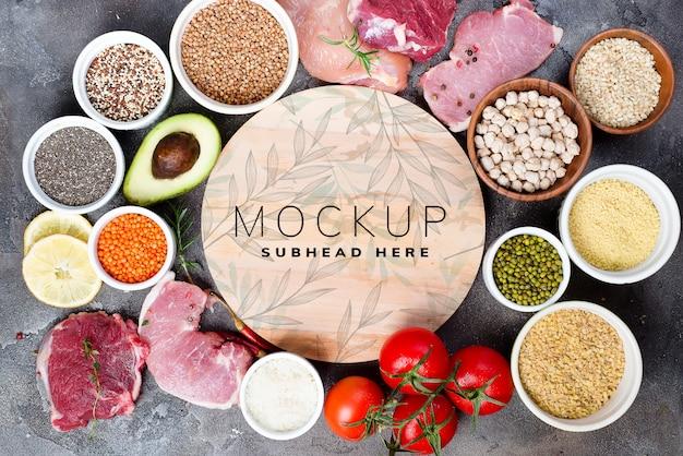 Здоровые ингредиенты для приготовления с макетом деревянной тарелке