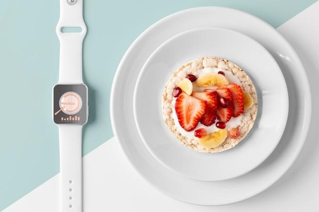 건강한 간식과 시계