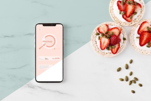 Snack salutari e assortimento di smartphone