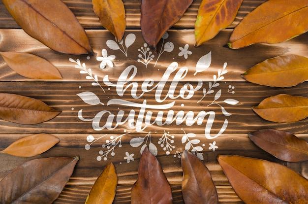 こんにちは、茶色の葉に囲まれた秋のコンセプト