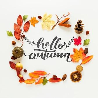 Ciao citazione d'autunno con foglie secche e frutta