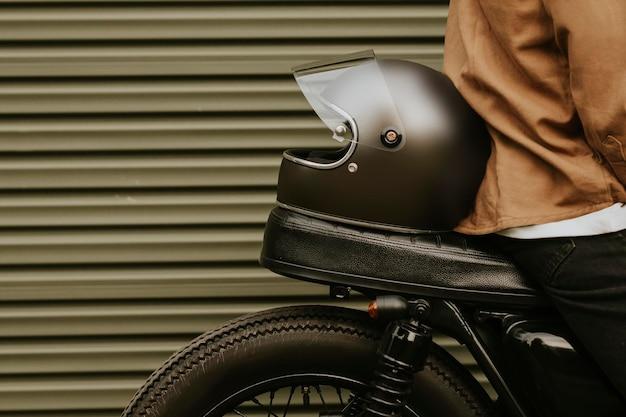 도시 자전거 타는 사람을 위한 헬멧 목업 psd