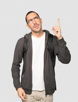 Нерешительный студент, указывая пальцем вверх